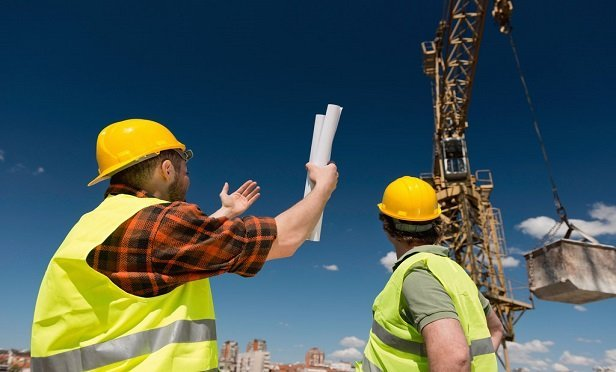 new job site technologies allow workers to easily report hazards or unsafe conditions in the field, in real-time, enabling a more robust, cloud-based record of job site hazards and risk management practices. (Photo: Shutterstock)