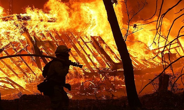 A firefighter battles the 2018 Camp Fire in Magalia, California. (Photo: Justin Sullivan/Getty Images North America)
