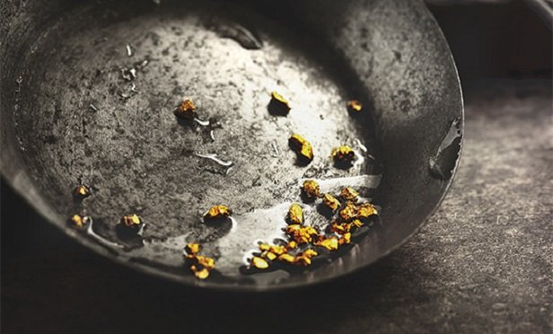 A miner panning for gold (Photo: Research)