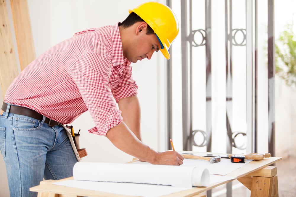 Contractor-reviewing-building-plans-shutterstock_195932141-antoniodiaz