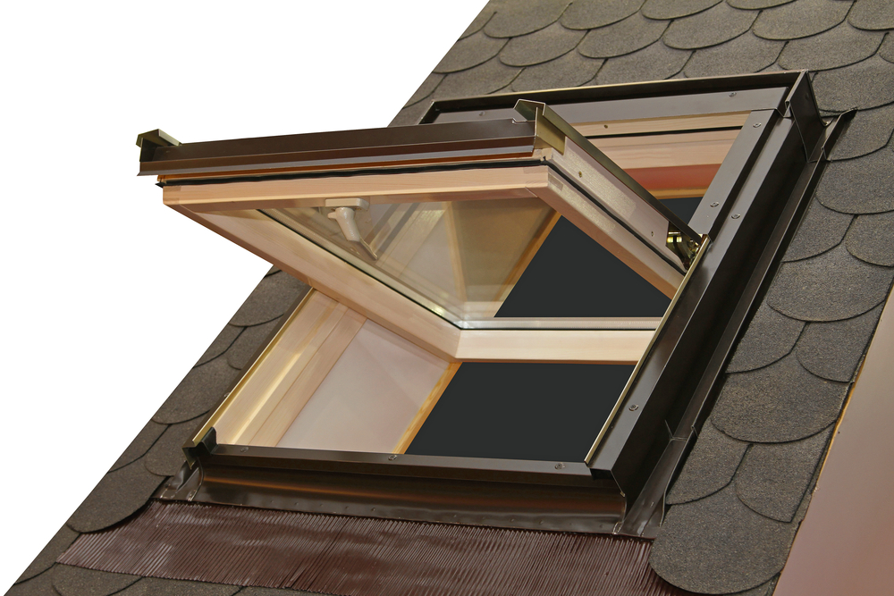 Skylight-opening-out-roof-closeup-shutterstock_184466756-Baloncici