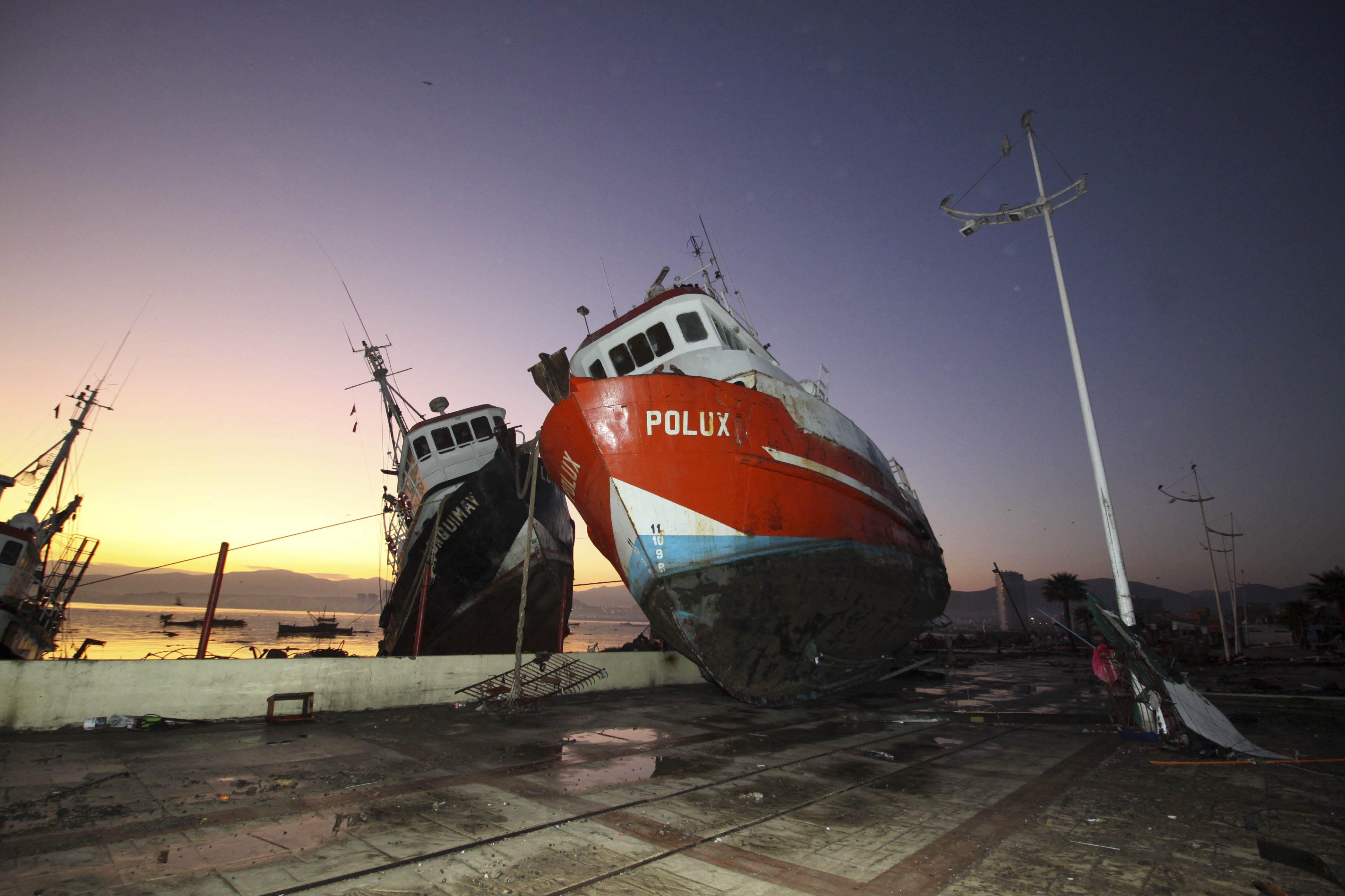 chile earthquake and tsunami devastation in photos