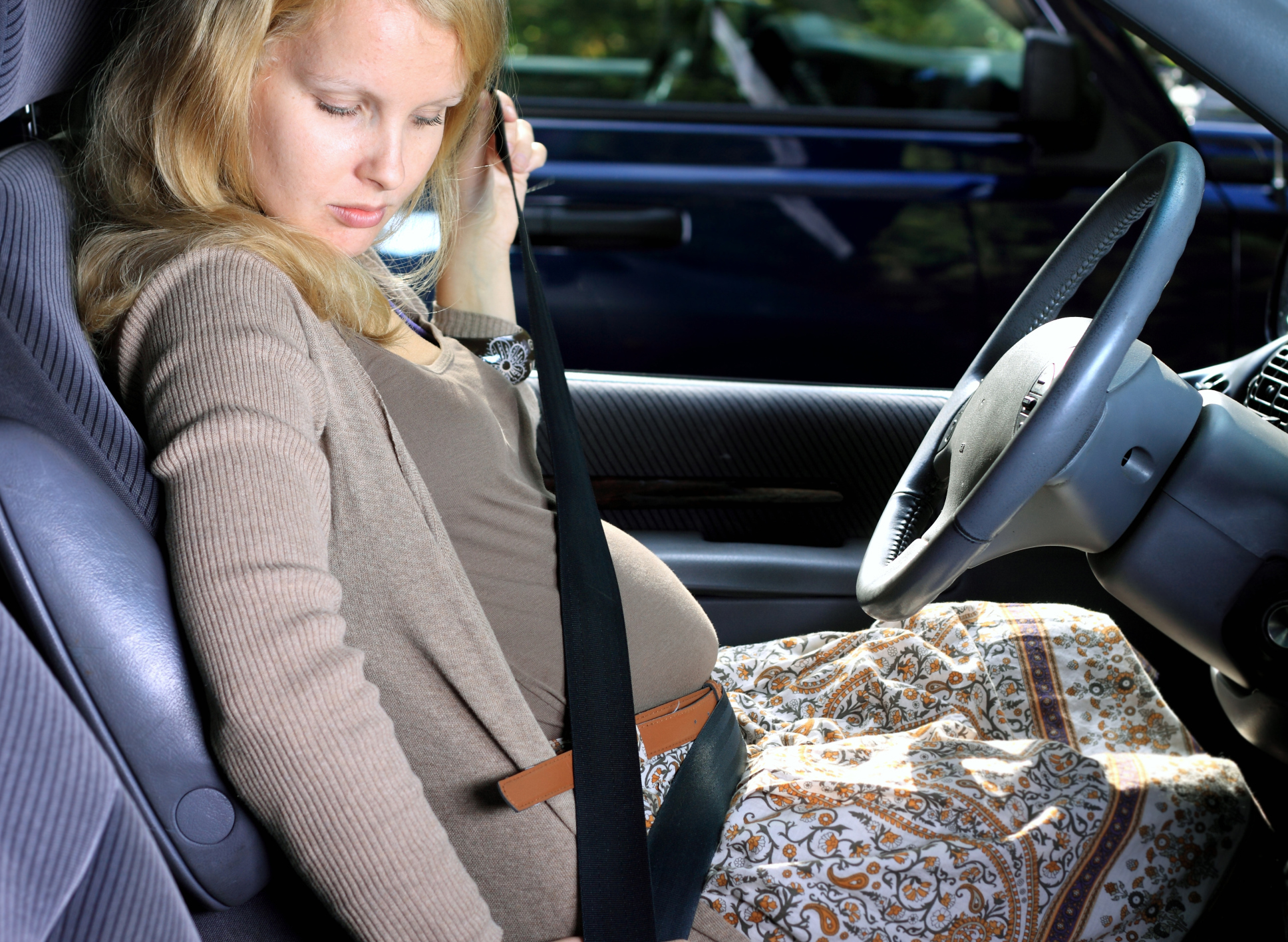 how to wear seatbelt when pregnant