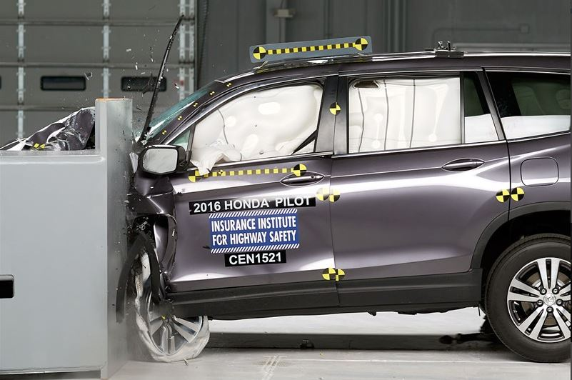 2016 Honda Pilot IIHS small overlap frontal crash test