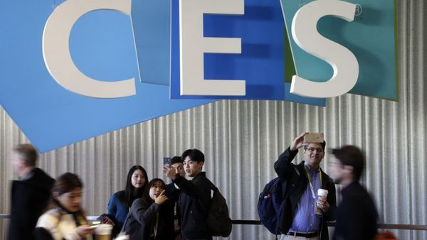 People take pictures in the halls at CES International, Thursday, Jan. 7, 2016, in Las Vegas. The gadget show hosts more than 3,000 exhibiting companies. (Photo: Gregory Bull/AP Photo)