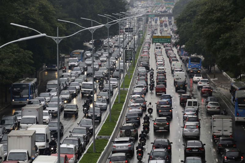 Commuters drive in traffic along 23 de Maio Avenue on the second day of a subway train strike in Sao Paulo, Brazil, Friday, June 6, 2014