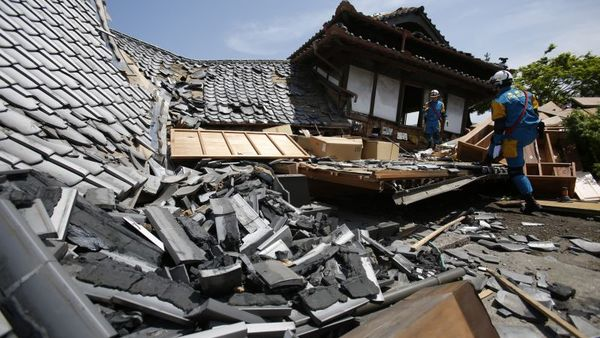 Police rescue team members search through damaged houses to check possibility of trapped people in Mashiki, Kumamoto prefecture, southern Japan, Friday, April 15, 2016. (AP Photo/Koji Ueda)